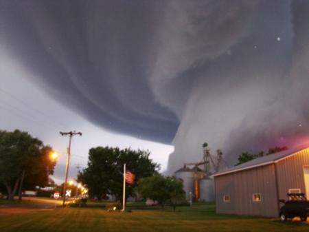 http://i.i.com.com/cnwk.1d/i/tim2/2013/05/20/tornado03_1_620x350.jpg