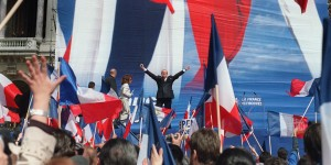 le président du Front national, candidat pour le deuxième tour de l'élection présidentielle, Jean-Marie Le Pen, salue des militants, le 01 mai 2002 place de l'Opéra à Paris, lors de son discours à l'occasion du défilé du FN. AFP PHOTO MAXIMILIEN LAMY