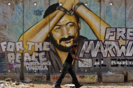 Un-enfant-passe-pres-d-un-mur-peint-representant-Marwan-Barghouti_inside_full_content_pm_v8