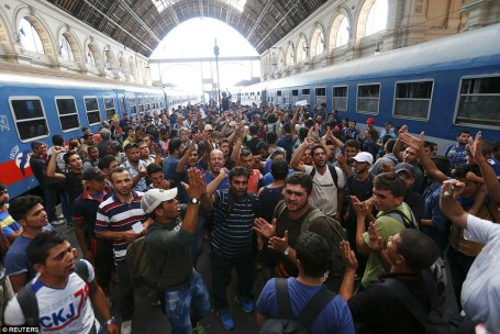 migrants_at_Budapest_station