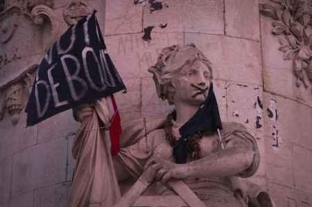 place-republique-paris-o-mouvement-nuit-debout-abrite
